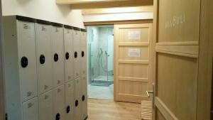 Vestiaire et douche sauna Bordeaux © Naturôme