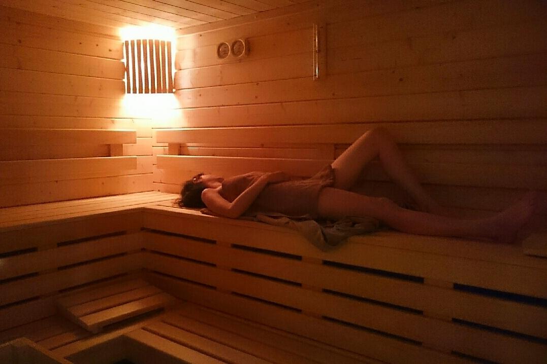 Sauna_Bois et pierres diffusent une chaleur sèche et constante © Naturôme